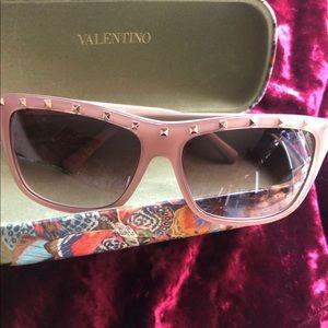 Ladies Valentino sunglasses 🌸🦋